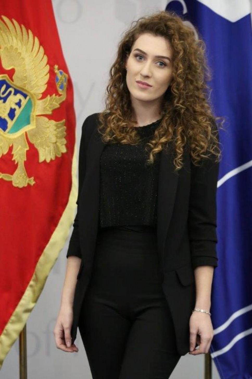 Bildergebnis für Dženisa Mujević najbolja studentkinja Filoloskog fakulteta u Nikšiću